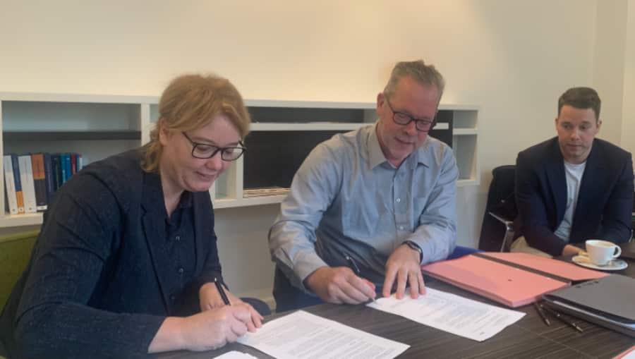 Jenny & Marcel Luten ondertekenen de contracten onder toeziend oog van zoon Melvin
